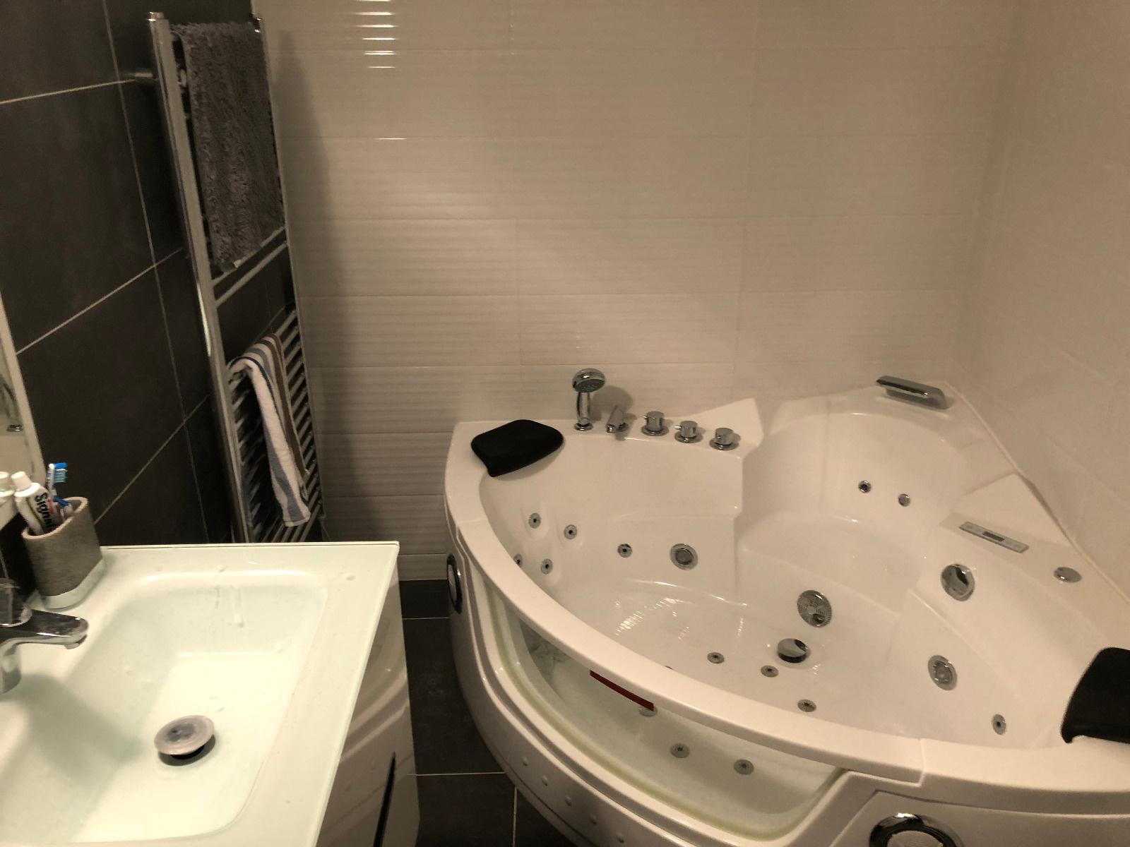Salle de bain avec balnéo à l'étage
